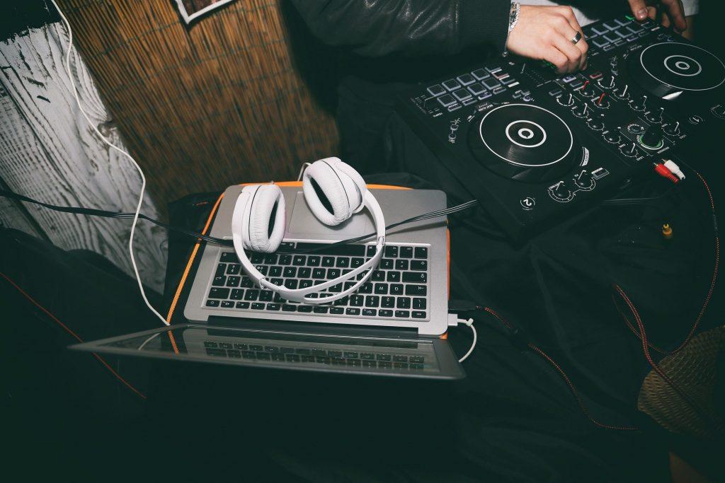 Spiel unser Lied DJ. :-)